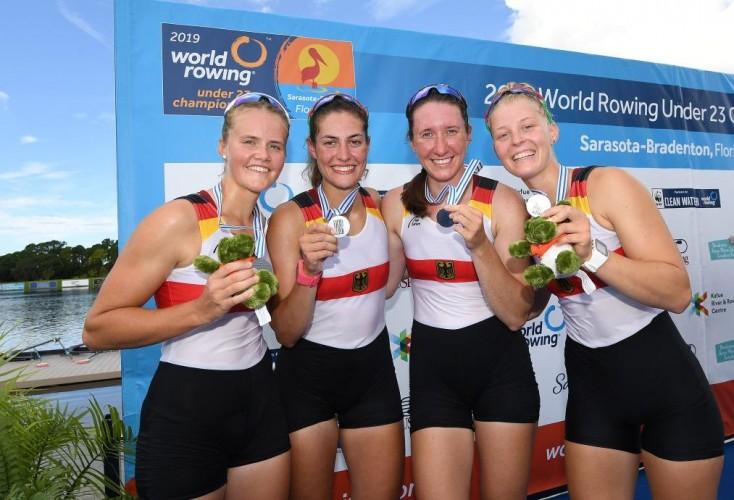 Laura Kampmann (links) freut sich mit Emma Appel, Maren Völz und Tabea Kuhnert über WM-Silber (Bild: DRV / Seyb)