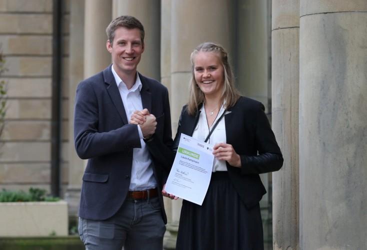 Sebastian Burg überreicht das Deutschlandstipendium der Sportstiftung NRW an Laura Kampmann (Bild: Sportstiftung NRW).